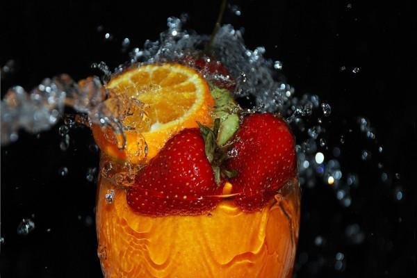 Unas frutas frescas en el agua