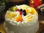 Una rica tarta decorada con merengue y frutas