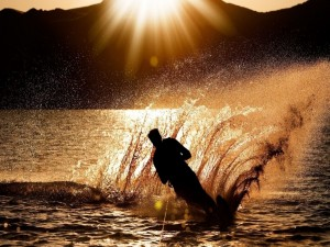 Postal: Esquí acuático al atardecer