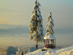Postal: Un mirador en lo alto de una montaña nevada