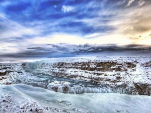 Postal: Nieve y hielo junto a un río