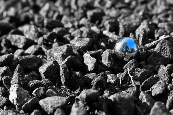 Canica sobre piedras negras