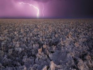 Rayos sobre un lago seco