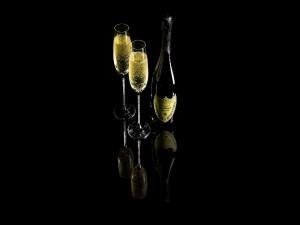 Dos copas junto a una botella de champán Dom Pérignon