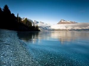 Guijarros en el fondo y orilla de un lago