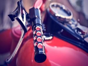 Postal: Manillar de una motocicleta