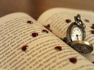Bonito reloj sobre las páginas de un libro