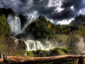 Postal: Cascadas bajo un cielo nuboso