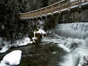 Postal: Puente sobre una cascada invernal