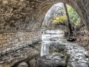 Río que fluye bajo un puente