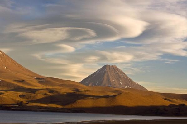 Remolinos de nubes sobre un volcán de Chile