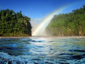 Postal: Arcoíris sobre un río