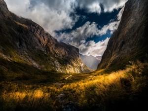 Una carretera entre montañas rocosas