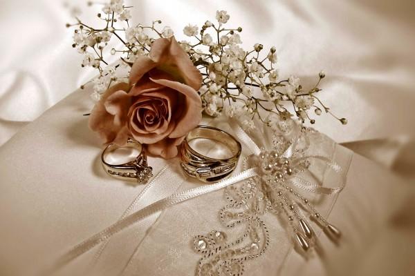 Ramillete de flores junto a un par de anillos