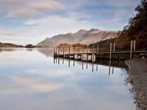 Embarcadero sobre un lago en calma