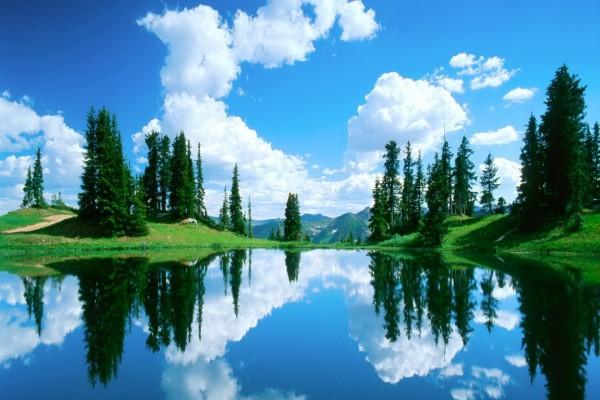 Nubes blancas reflejadas en el agua