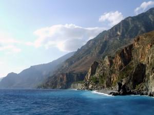 Postal: Montañas rocosas junto al mar