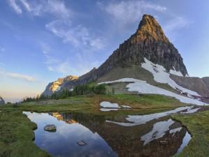 Restos de nieve en la montaña