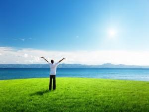 Postal: Hombre disfrutando su libertad al aire libre