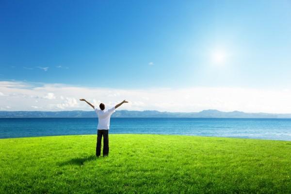 Hombre disfrutando su libertad al aire libre