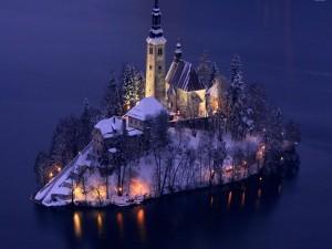 Postal: Iglesia de la isla de Bled en invierno (Lago Bled, Eslovenia)