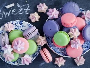 Postal: Macarons de colores y merengues