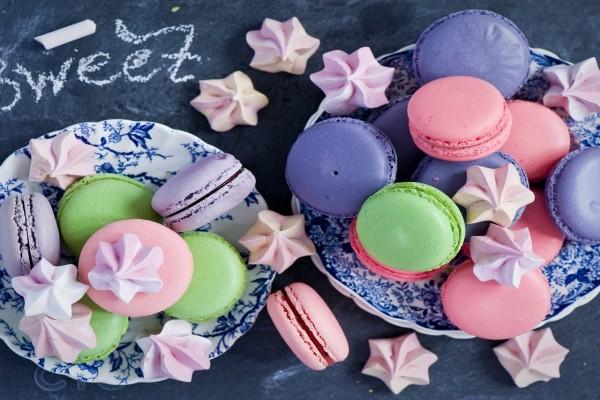 Macarons de colores y merengues