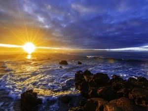 Postal: Amanecer en una costa rocosa