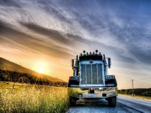 Postal: Camión parado a un lado de una carretera