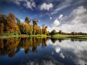 Lago en un gran parque
