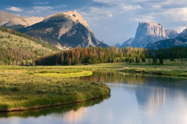 Río fluyendo con calma bajo las montañas