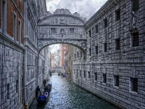 Postal: Góndolas en un estrecho canal de Venecia