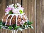 Pastel decorado con rosas y crisantemos