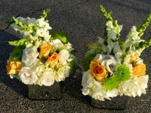 Postal: Arreglos florales en unos recipientes cuadrados