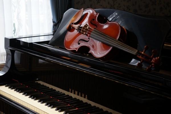 Violín sobre un piano