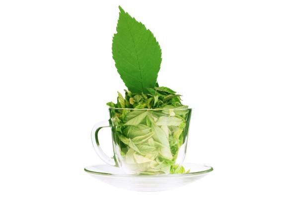 Hojas de té en una taza