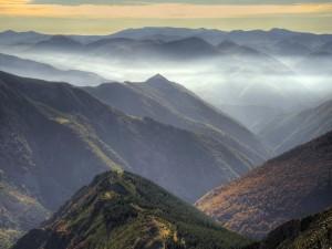 Postal: Niebla mañanera sobre las montañas
