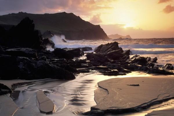 Olas rompiendo contra las rocas de una playa