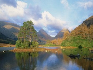 Postal: Nubes sobre el lago y unas montañas