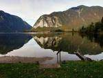 Lago junto a unas montañas