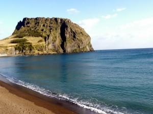 Gran peñón junto a una playa
