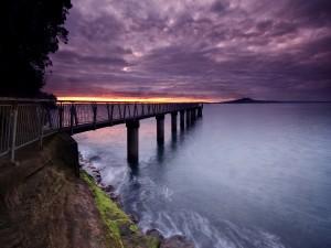 Muelle sobre el mar
