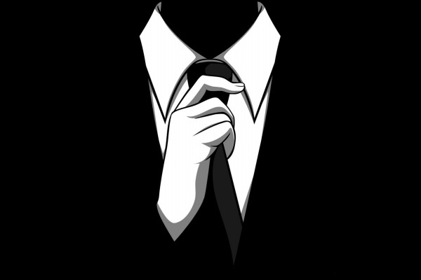 Hombre colocándose la corbata