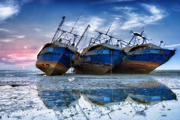 Tres barcos abandonados