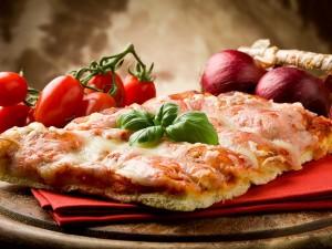 Una porción de pizza italiana