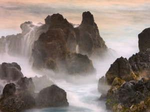 Postal: Agua de mar sobre una gran roca
