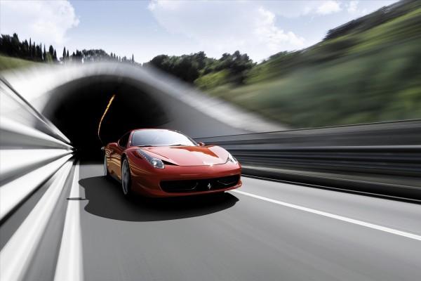 Ferrari saliendo de un túnel