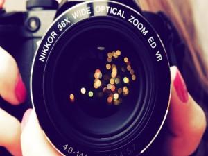 Postal: Destellos en el objetivo de una cámara de fotos