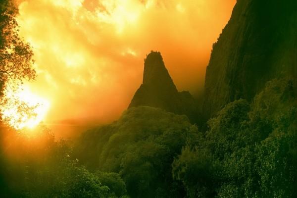 Cielo anaranjado sobre una zona rocosa