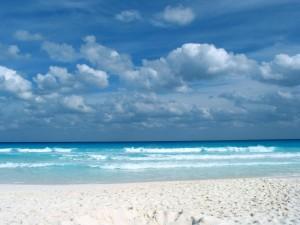 Postal: Suave oleaje en una playa